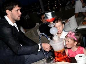 Жирков курит кальян с детьми