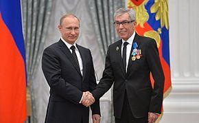 Юрий Николаев получает награду