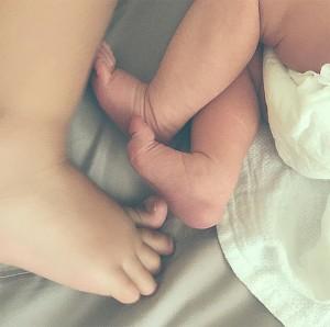ножки сестричек (фото из Instagram Ольги)