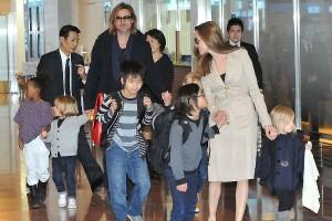 Анджелина Джоли и Брэд Питт с детьми. Фото