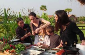 Анджелина Джоли с детьми. Фото